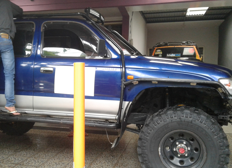 wraping sticker pada mobil offroad